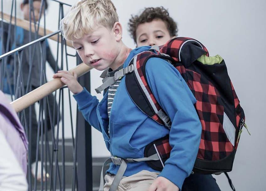 Ein Kind mit der Schmetterlingskrankheit in der Schule