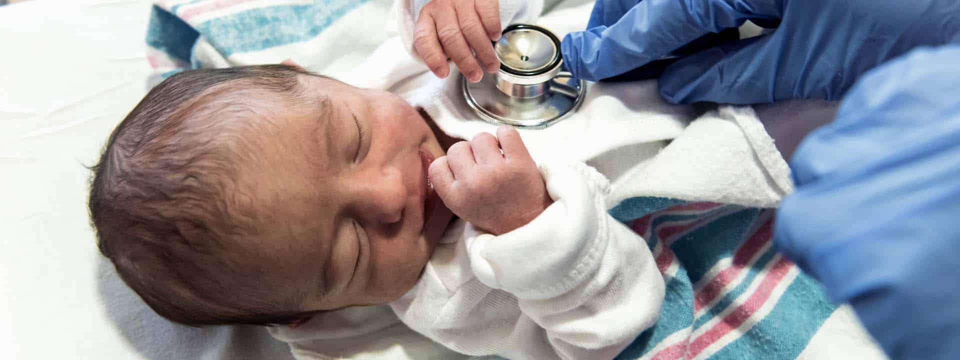 Die Untersuchung eines neugeborenen Schmetterlingkindes