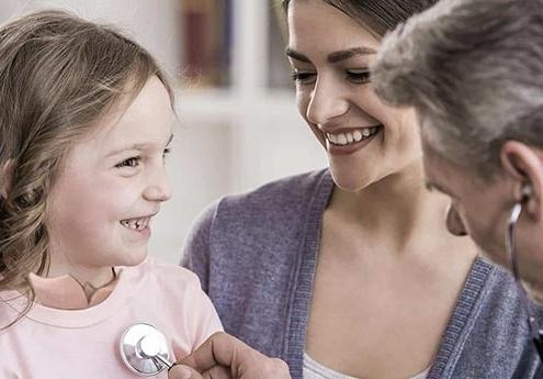 Gutachter zuhause bei einem Schmetterlingskind für den Antrag bei der Pflegekasse