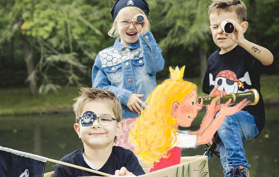 Kinder auf einem Piratenschiff